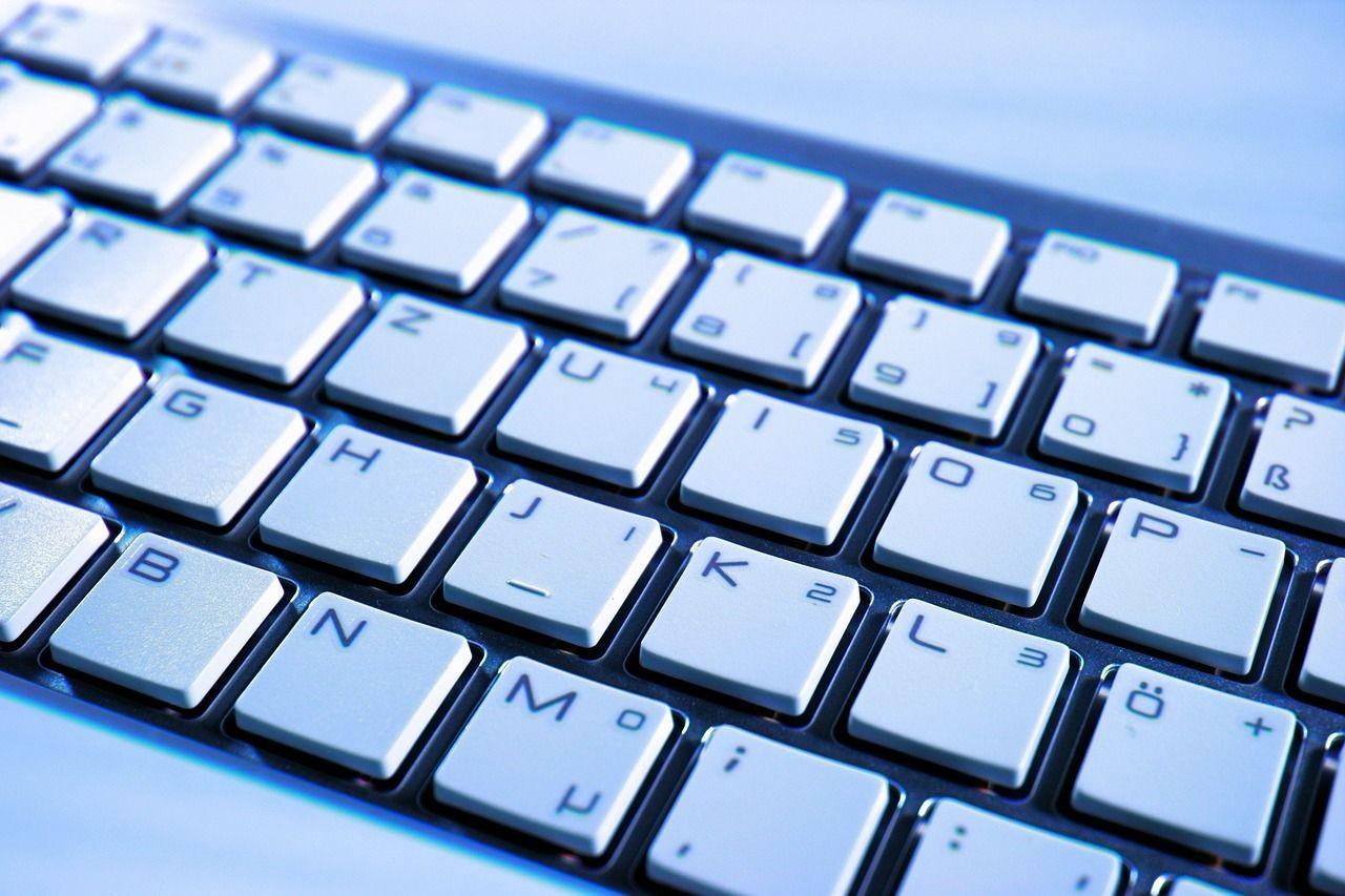 Dlaczego kantor internetowy ma niższe kursy niż stacjonarny?