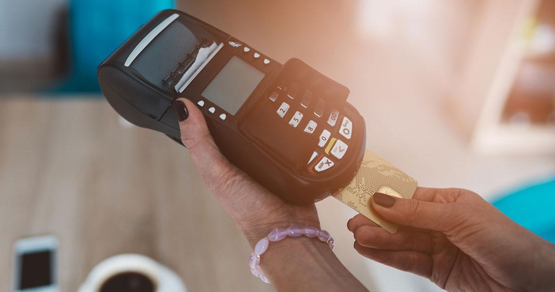 czym płacić za granicą, karta debetowa, karta walutowa, karta wielowalutowa, co wybrać