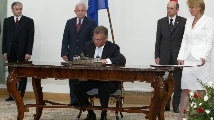 Podpisanie przez prezydenta Aleksandra Kwaśniewskiego traktatu o przystąpieniu Polski do Unii Europejskiej Ekantor.pl wywmian walut euro